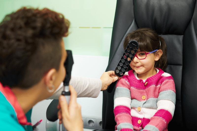 Comprobación ocular a una niña