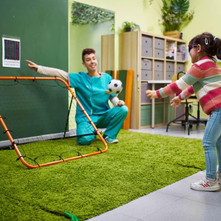 Una niña hace un ejercicio de terapia visual