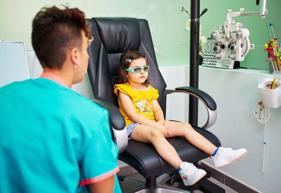 Aplicando terapia visual a una niña